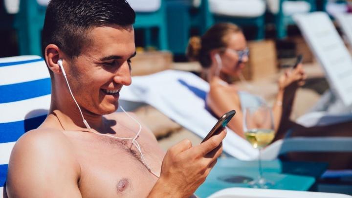 العب على هاتفك الذكي الذي يتطلع إلى البحر دون الحاجة إلى القلق بشأن الإنترنت الذي يعمل بنظام التشغيل Android iOS. الصورة: freepik