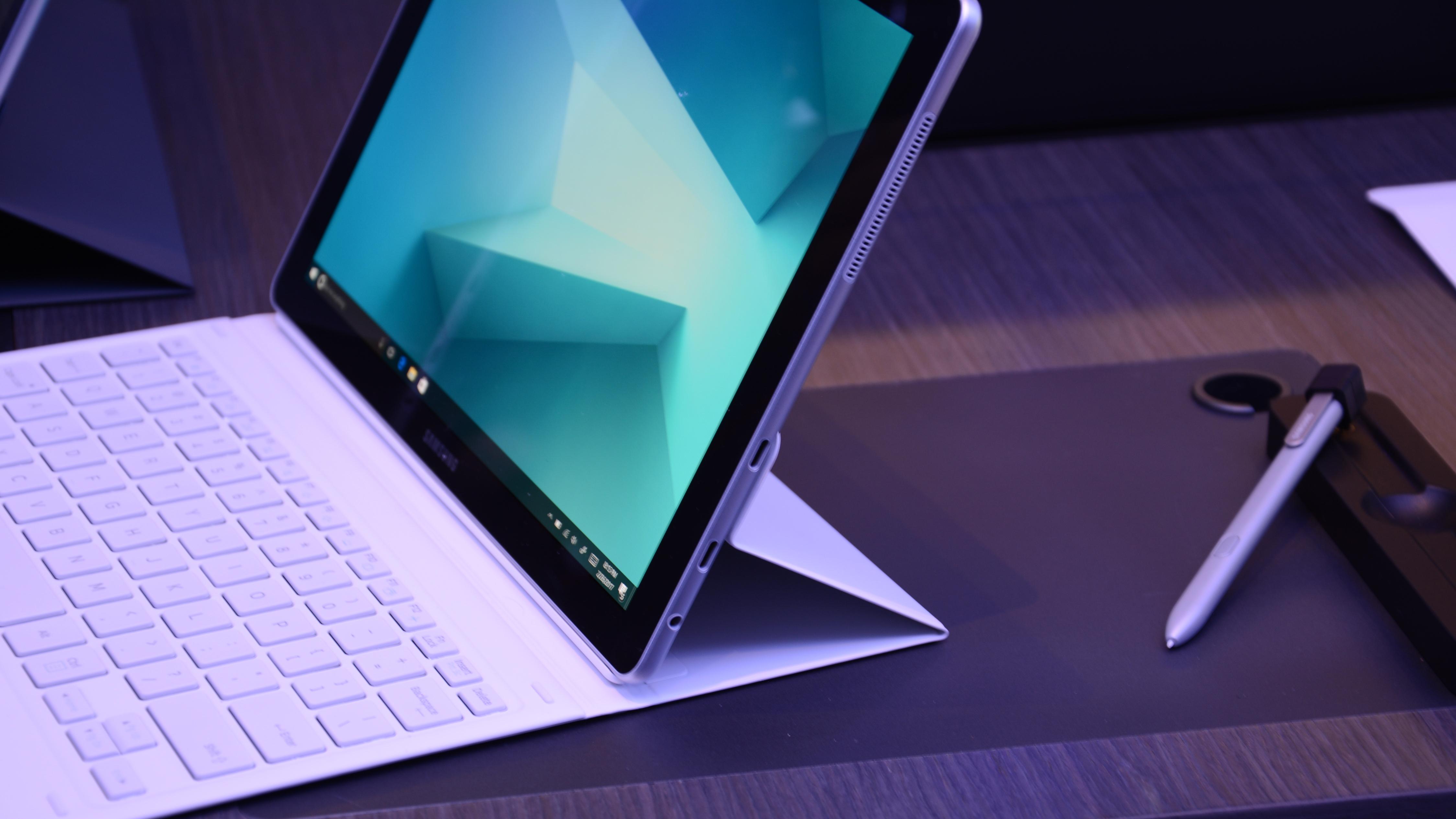 سامسونج Galaxy كتاب عملي: تتعامل Samsung وجهاً لوجه مع Microsoft Surface 1