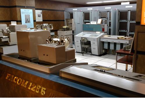 لدى فوجيتسو موظف يعمل على تشغيل الكمبيوتر عام 1959 3