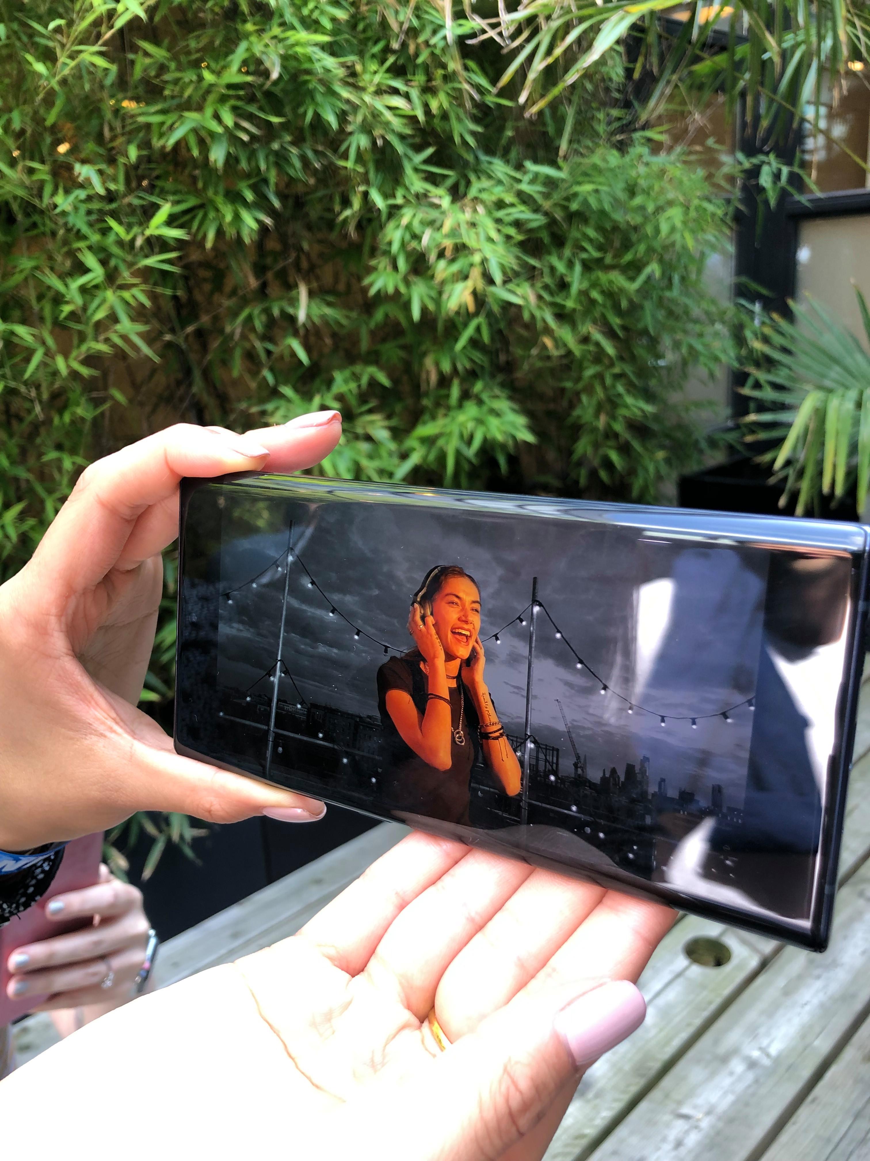تسمح الهواتف بالتقاط الفيديو مع خلفيات ملونة مختلفة