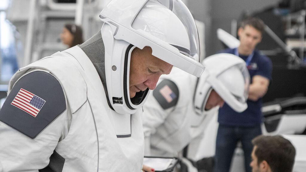 وكذلك هي بدل الفضاء لرواد الفضاء SpaceX الأولى 1
