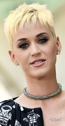 اعتادت كاتي بيري على صبغ شعرها ، لكنها تبدو كما لو كانت بشعر بلاتيني