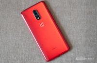 ون بلس 7 لوحة خلفية حمراء مع الكاميرا والشعار