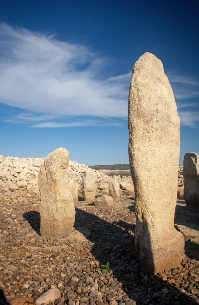 تقف بعض الحجارة على ارتفاع يصل إلى مترين