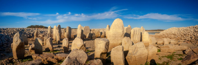 يأمل الخبراء الآن في الحفاظ على الأحجار - عن طريق نقلهم إلى الأراضي الجافة باستخدام الآلات