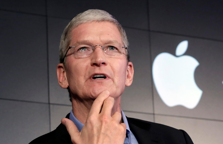 Apple  زار تيم كوك رئيس جامعة جلاسجو خلال رحلة أوروبية الأسبوع الماضي
