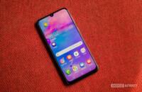 دليلك    فريق AA         ال Galaxy Note  كان Edge هو أول هاتف تم عرضه في عام 2014. لم ينطلق حقًا تصميمه المفرد مطلقًا ، لكن Samsung صقلت المفهوم في العام التالي ، حيث قدمت تصميمًا ثنائي الحافة مع Galaxy S6 Edge. منذ ذلك الحين ، أصبحت الشاشة المنحنية ميزة في العلامات الرئيسية من العديد من الشركات المصنعة ، بما في ذلك Samsung و Huawei. لذلك مع وضع ذلك في الاعتبار ، نلقي نظرة على أفضل الهواتف المزودة بشاشات حافة!  أفضل الهواتف المزودة بشاشات حافة:  سامسونج Galaxy Note  10 سامسونج Galaxy S10 / S10 Plus Huawei P30 Pro ون بلس 7 برو     ZTE Axon 10 Pro Huawei Mate 20 Pro سوني اريكسون XZ3    ملاحظة المحرر: سنقوم بتحديث هذه القائمة التي تضم أفضل الهواتف مع عرض الحواف بانتظام عند تشغيل أجهزة جديدة.  1. سامسونج Galaxy Note  10 سلسلة   سامسونج Galaxy Note  كان الخط هو الهاتف الذكي ذي الشاشة المنحنية الأصلي ، وهذا التقليد مستمر مع الجديد كلياً Galaxy Note  10 و Galaxy Note  10 زائد. يمكنك توقع شاشة QHD + Super AMOLED مقاس 6.8 بوصة على الشاشة Galaxy Note  10 زائد ، في حين الفانيليا Note 10 توفر لوحة FHD + Super AMOLED بحجم 6.3 بوصة. في كلتا الحالتين ، ستحصل على أداة ثقب مثبتة في الوسط تستضيف كاميرا صور شخصية بدقة 10 ميجابكسل.  قراءة المزيد  سامسونج Galaxy Note  10 زائد مراجعة: ليس هو Note أنت تعلم سامسونج Galaxy Note  لطالما كان يعرف بجهاز افعل كل شيء. منذ الأول Galaxy Note  مرة أخرى في عام 2011 ، استخدمت سامسونج السلسلة لإعادة النظر في ما لدينا smartphones يجب أن تكون قادرة على القيام ، ...   ال Note حزم 10 سلسلة شرائح Snapdragon 855 أو Exynos 9825 تحت غطاء محرك السيارة - اعتمادا على المنطقة. كما توفر الهواتف أيضًا قلم S Pen مطورًا ، ومقاومة للماء والغبار IP68 ، ومستشعر بصمة في الشاشة ، وثلاثي خلفي عريض 12 ميجابيكسل / 12 ميجابكسل / 16 ميجابكسل. تختلف الأجهزة من حيث حجم البطارية وذاكرة الوصول العشوائي والتخزين. توقع وجود بطارية بقوة 3،500 مللي أمبير في الساعة و 8 جيجابايت من ذاكرة الوصول العشوائي وذاكرة تخزين بسعة 256 جيجابايت في الجهاز Note 10. و Note يقدم Plus بطارية تصل إلى 4،300 مللي أمبير في الساعة مع شحن سريع بقدرة 45 واط وذاكرة وصول عشوائي سعتها 12 جيجابايت وذاكرة تخزين بس