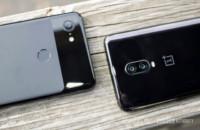جهاز OnePlus 6T بجانب Google Pixel 3 XL.