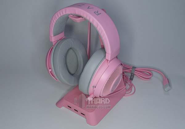 خوذات وردية تقف مع سماعات Razer باللون الوردي