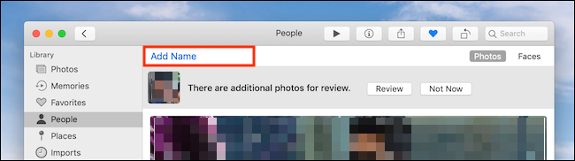 """انقر فوق """"إضافة اسم"""" في تطبيق الصور على Mac"""