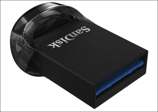 محرك أقراص USB صغير الحجم من SanDisk Ultra Fit.