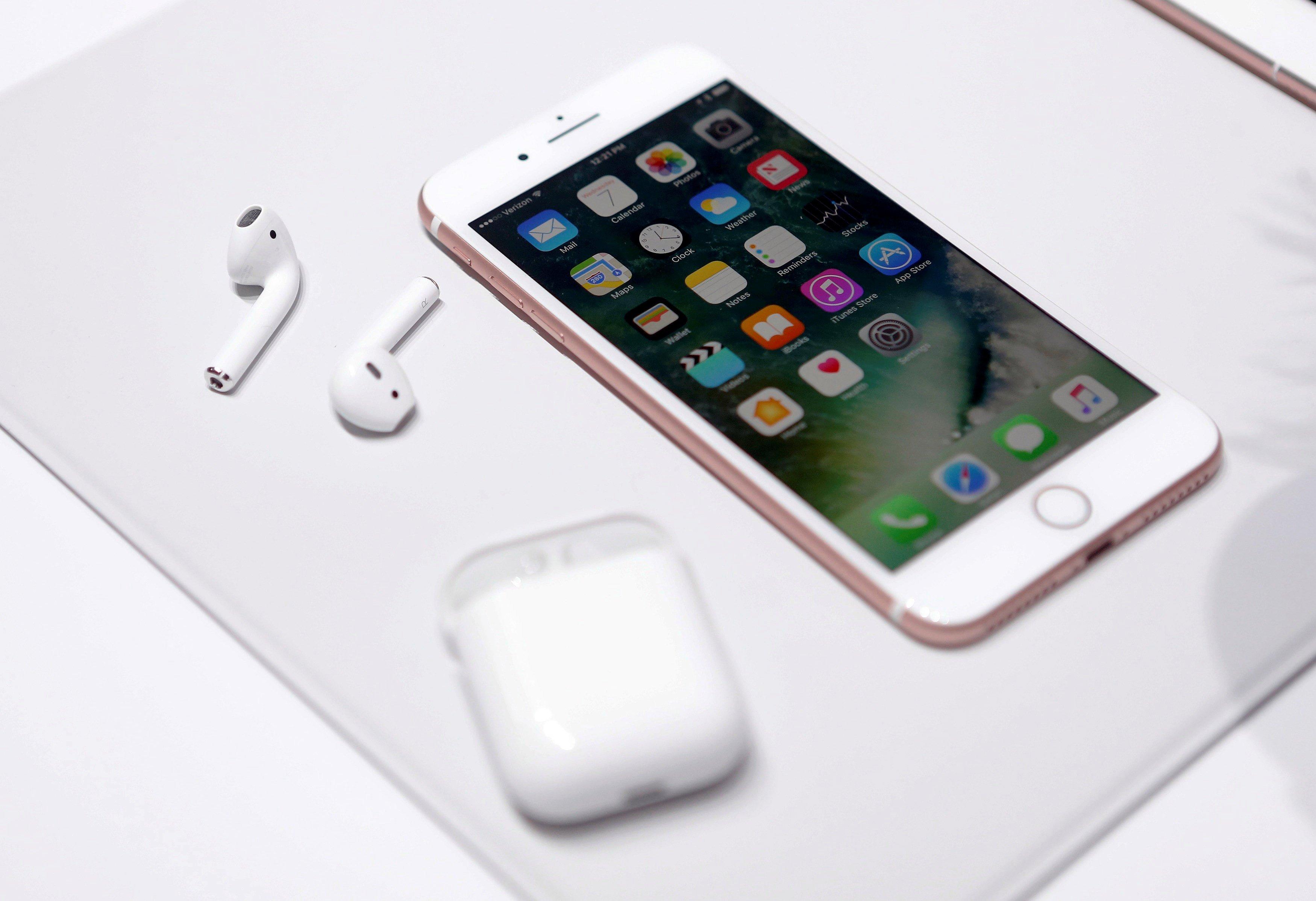 Airpods هي Appleسماعات الرأس اللاسلكية التي لا تحتاج إلى توصيلها