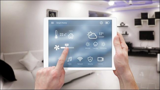 الأيدي باستخدام أتمتة المنزل الذكي على جهاز iPad.
