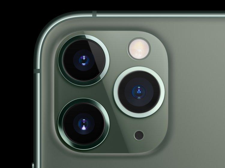 يفتخر iPhone 11 Pro بثلاث كاميرات عالية الطاقة تقع بجوار شعلة الهاتف و
