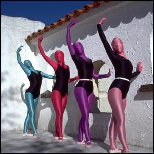 أربع نساء يرتدين ثياب و بذلات زينتاي