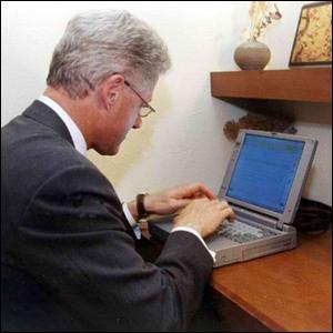 الرئيس بيل كلينتون يرسل أول رسالة بريد إلكتروني رئاسية